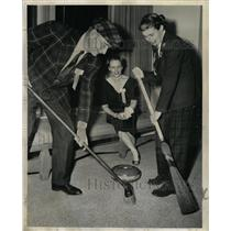 1957 Press Photo Darwin Curtis Mrs Charles Cornell Game - RRW24545
