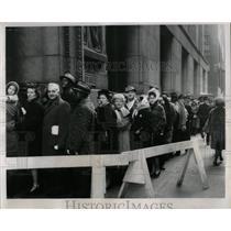 1963 Press Photo last-minute rush city vehicle tags - RRW63399