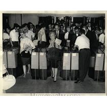 1966 Press Photo Commuters jam automatic ticket machine - RRW65715