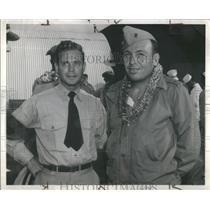 1945 Press Photo First Person-Greet Marine Major Mortimer Mark Hoyne Prisoner