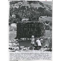 1962 Press Photo M.Marshall Marking Gold California - RRX89551