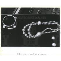 1984 Press Photo MJ Savitt necklace silver triangle beads pearls Stanley Korshak