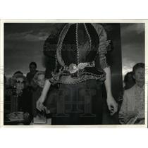 1981 Press Photo Beene massive necklace Waist rocks
