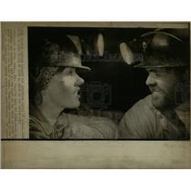 1973 Press Photo Vicki Randolph Gary Denver Colo lamp - RRW67115