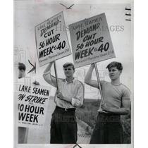 1946 Press Photo Richard learmont Don strike sign holds - RRW94579