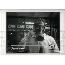 1991 Press Photo CNN Reporter Jerusalem Gas Mask - RRW69991