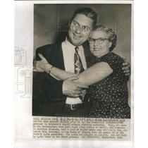 1954 Press Photo State Sen Reynold Embrace Democratic