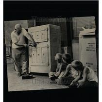 Press Photo T Constantin Nails Up Ice Box Discard - RRW64355