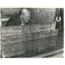 1941 Press Photo Beata Larson Kewaree weaving