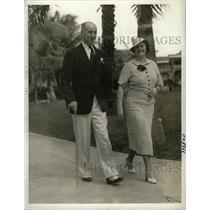 1935 Press Photo Detroit Socialites Wallace Strolling - RRW98563