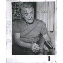 1968 Press Photo Frank Hoffman cigaret treasures Englishman prison Gold Box