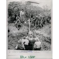 1962 Press Photo Ranrahirco Peru Avalanche Victim Grave - RRX70523