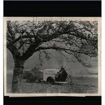 Press Photo Great Britain Farmer Spraying Crops Tractor