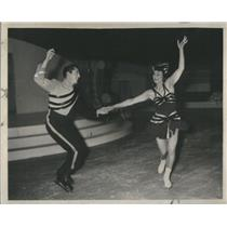 1947 Press Photo Gill Dennis and Terry Lovelace iceskating - RSC99979
