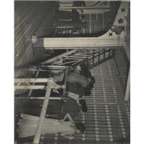 1935 Press Photo County Jail Friend Relative Visit Day - RRX95367