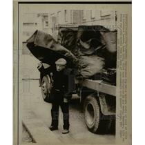 1972 Press Photo Deliveryman Jim Wells London coal Sack