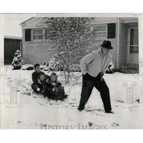 1961 Press Photo Joe Kilgore Family Sleigh Ride Snow - RRW63155