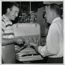 1958 Press Photo Oscar Rivero Charles Avery Scwader - RRX71503