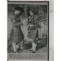 1963 Press Photo Jimmy Green and Roberta Cooper Talk