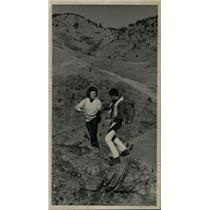 1964 Press Photo Larry Atler gives wife Marilyn hikers - RRW99973