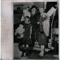 1953 Press Photo AP Correspondent Gilmore With Family - RRX33517