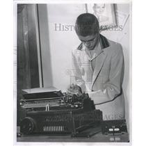 1957 Press Photo Gerald Smoat paley victim Type writer - RRW31779
