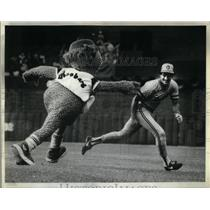 1982 Press Photo Roobars chases Ed Romero - RRX05767