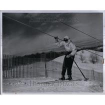 1947 Press Photo Skier gripping rope at Otsego Ski Club - RRU89597
