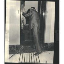 1967 Press Photo Robert Craer Deputy Prisoners Escaped