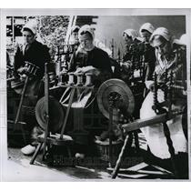 1956 Press Photo Dutch Housewives spinning at Sheep Day - RRW77033