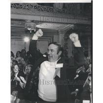 1974 Press Photo Illinois State Lottery Thomas Oliver Arlington Atrium arms