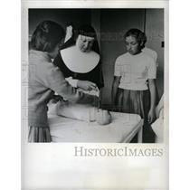 1964 Press Photo Peasant Girls Colombia Catholic Nun - RRX70919