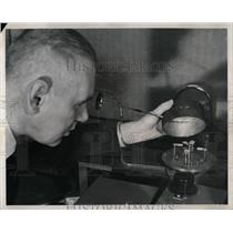1961 Press Photo Electronic Nose Inventor Testing - RRW90433