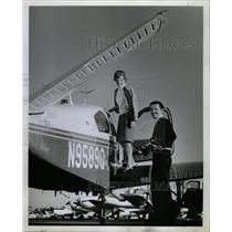 Press Photo Mrs Marion Bob Auburn poses plane traveling - RRW15931