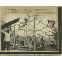 1973PressPhoto Villagers at Xom Suoi, add roof to house - RRX81089