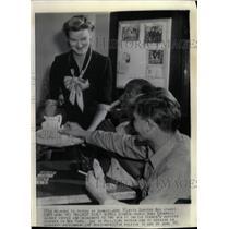 Press Photo Rich Girl Doris Duke Cromwell Serves Coffee - RRW21745