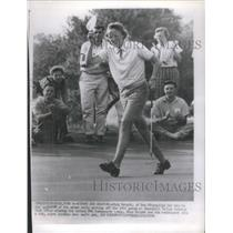 1958 Press Photo Mick Wright tips the cap while walking off the 18th green.