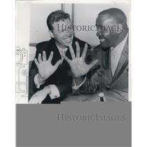 1962 Press Photo Gil McDougald Compares Hands With Heavyweight Sonny Liston