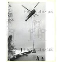 1985 Press Photo Helicopter Diver Coast South Lake - RRW50945