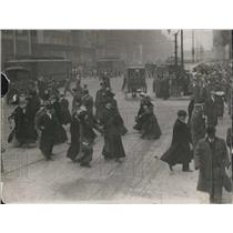 1911 Press Photo London People Crossing Street - XXB05305