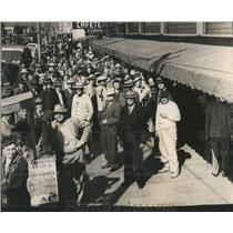 1945 Press Photo People Outside Webb's Store To Received Rationed Cigarettes