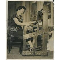 1950 Press Photo Mrs. M. M Wetzel weaves at a loom