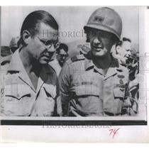 1966 Press Photo Defense Secretary Robert McNamara talks with Maj. Gen. John