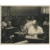 Press Photo Workers Make Cigars In Factory In Tampa Florida - RSH81827
