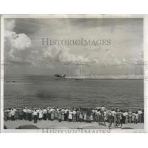 1947 Press Photo crowd watching Coast Guard PBY rescue demonstration, Florida
