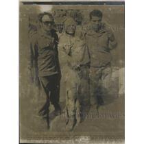 1973 Press Photo Egyptian POW Aided.