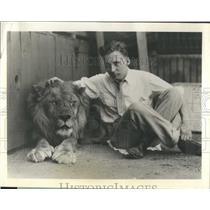 1962 Press Photo lion tamer and author Leslie Turner While