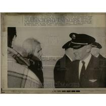 1972 Press Photo TWA Personnel Apologize For Delays - RRU88663