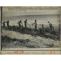 1975 Press Photo coast guardsman rakes oily goo beaches Geiger Key Key West