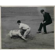 1940 Press Photo Chicago's McNair tagged out by Yankees' Crosetti